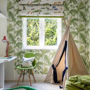 Ispirazione per una cameretta per bambini minimal con pareti verdi, moquette e pavimento bianco