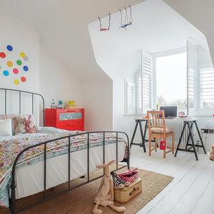 Modelo de dormitorio infantil de 4 a 10 años, contemporáneo, con paredes blancas, suelo de madera pintada y suelo blanco