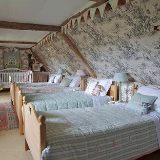 Imagen de dormitorio infantil campestre, grande, con moqueta y paredes multicolor