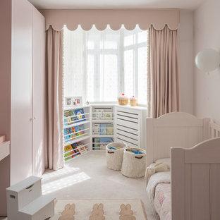 Imagen de dormitorio infantil de 1 a 3 años, tradicional, de tamaño medio, con paredes rosas, moqueta y suelo blanco