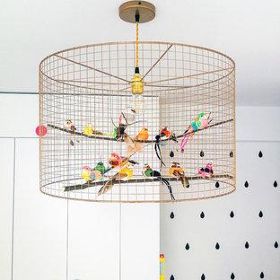 Idéer för att renovera ett mellanstort minimalistiskt barnrum kombinerat med sovrum, med vita väggar och laminatgolv