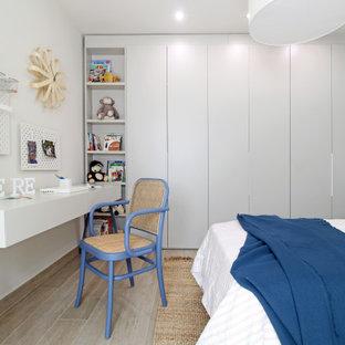 Modelo de dormitorio infantil papel pintado, actual, de tamaño medio, papel pintado, con papel pintado, paredes blancas, suelo de madera en tonos medios y suelo marrón