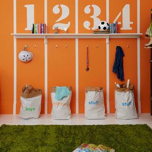 Exemple d'une chambre d'enfant de 4 à 10 ans de taille moyenne avec un mur orange et moquette.