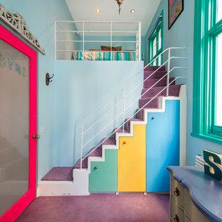 Inredning av ett eklektiskt barnrum kombinerat med sovrum, med blå väggar, heltäckningsmatta och lila golv