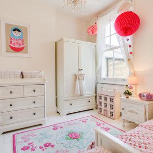 Idee per una cameretta per bambini da 4 a 10 anni boho chic di medie dimensioni con pareti rosa, pavimento in legno verniciato e pavimento bianco