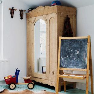 Großes Shabby-Style Kinderzimmer mit Schlafplatz, weißer Wandfarbe, gebeiztem Holzboden und türkisem Boden in London