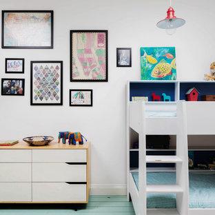 Идея дизайна: большая детская в стиле шебби-шик с спальным местом, белыми стенами, деревянным полом и бирюзовым полом для ребенка от 4 до 10 лет, мальчика