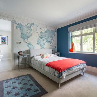 Mittelgroßes Klassisches Kinderzimmer mit blauer Wandfarbe, Teppichboden, Schlafplatz und grauem Boden in Surrey
