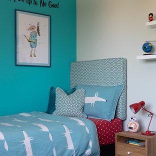Bild på ett mellanstort funkis pojkrum kombinerat med sovrum och för 4-10-åringar, med blå väggar, heltäckningsmatta och blått golv