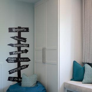 Idéer för ett mellanstort modernt pojkrum kombinerat med sovrum och för 4-10-åringar, med blå väggar, heltäckningsmatta och blått golv