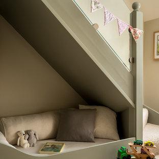 Kleines, Neutrales Country Kinderzimmer mit Teppichboden, beigem Boden, Spielecke und beiger Wandfarbe in Gloucestershire
