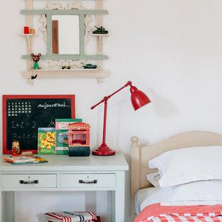 Cette photo montre une chambre d'enfant de 4 à 10 ans éclectique de taille moyenne avec un mur blanc.