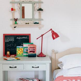 Aménagement d'une chambre d'enfant de 4 à 10 ans méditerranéenne de taille moyenne avec un mur blanc.