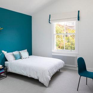 Idéer för att renovera ett stort funkis barnrum kombinerat med sovrum, med blå väggar, heltäckningsmatta och grått golv
