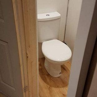Idéer för att renovera ett litet funkis könsneutralt småbarnsrum kombinerat med sovrum, med vita väggar, ljust trägolv och beiget golv