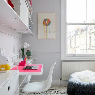 Modelo de dormitorio infantil moderno, pequeño, con paredes grises, moqueta y suelo beige