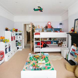 Idee per una cameretta per bambini da 4 a 10 anni classica di medie dimensioni con moquette e pareti viola