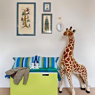 Idéer för små eklektiska könsneutrala barnrum kombinerat med sovrum och för 4-10-åringar, med vita väggar och heltäckningsmatta