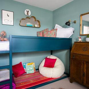 Idéer för att renovera ett mellanstort vintage könsneutralt barnrum kombinerat med sovrum, med blå väggar och heltäckningsmatta