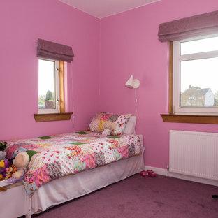 Immagine di una piccola cameretta per bambini boho chic con pareti rosa e moquette