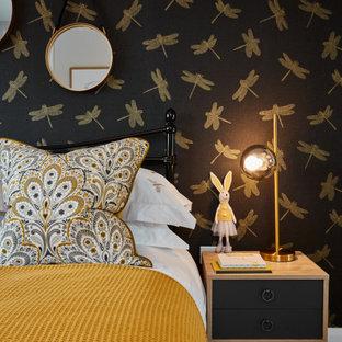 Modern inredning av ett mellanstort flickrum kombinerat med sovrum och för 4-10-åringar, med flerfärgade väggar, heltäckningsmatta och grått golv
