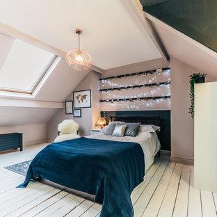 Exempel på ett mellanstort skandinaviskt barnrum kombinerat med sovrum, med beige väggar, målat trägolv och vitt golv