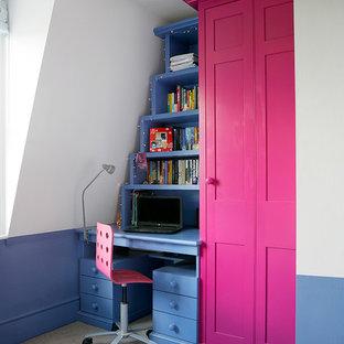 Idee per una cameretta per bambini da 4 a 10 anni boho chic di medie dimensioni con pareti bianche, moquette e pavimento beige
