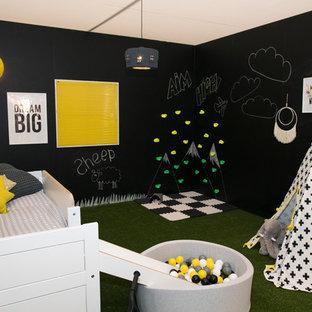 Idee per una cameretta per bambini eclettica di medie dimensioni con pareti nere e pavimento verde