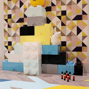 Kleines, Neutrales Eklektisches Kinderzimmer mit Spielecke, bunten Wänden, Linoleum und buntem Boden in London
