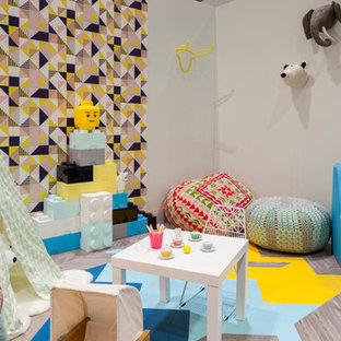 Immagine di una cameretta per bambini eclettica con pavimento in legno massello medio e pavimento multicolore