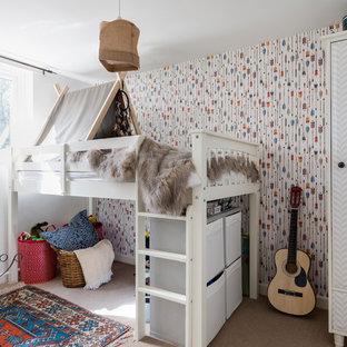 Foto på ett mellanstort eklektiskt könsneutralt barnrum kombinerat med sovrum och för 4-10-åringar, med heltäckningsmatta, beiget golv och flerfärgade väggar