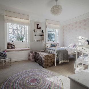 Ejemplo de dormitorio infantil romántico, grande, con paredes grises y moqueta