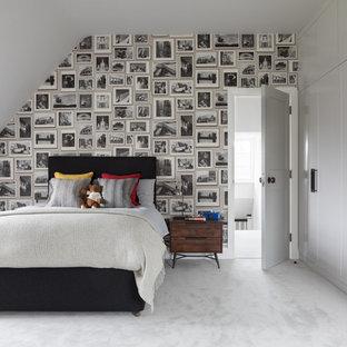 Inspiration för mellanstora klassiska könsneutrala barnrum kombinerat med sovrum och för 4-10-åringar, med vita väggar, heltäckningsmatta och grått golv