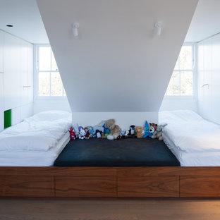 Aménagement d'une petite chambre d'enfant de 4 à 10 ans contemporaine avec un mur blanc et un sol en bois clair.
