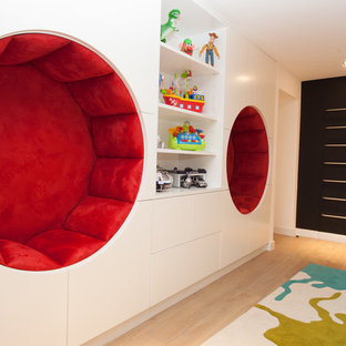 Идея дизайна: нейтральная детская с игровой в современном стиле с белыми стенами и светлым паркетным полом для ребенка от 4 до 10 лет