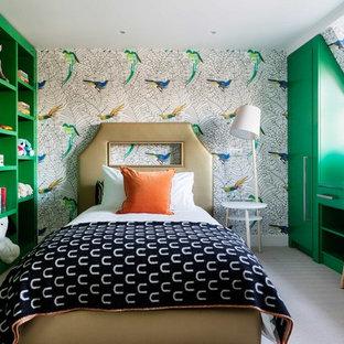 Immagine di una cameretta per bambini da 4 a 10 anni bohémian di medie dimensioni con moquette, pavimento grigio e pareti multicolore