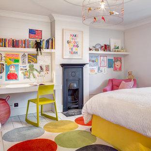 Bild på ett vintage flickrum kombinerat med sovrum, med grå väggar och målat trägolv