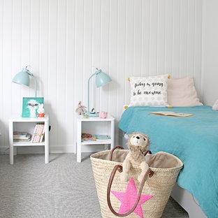Exemple d'une chambre d'enfant de 4 à 10 ans bord de mer de taille moyenne avec un mur gris, un sol en liège et un sol gris.