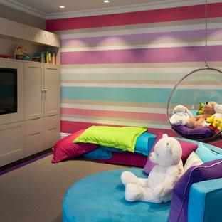 Idéer för ett mycket stort modernt könsneutralt barnrum för 4-10-åringar och kombinerat med lekrum, med mörkt trägolv och flerfärgade väggar