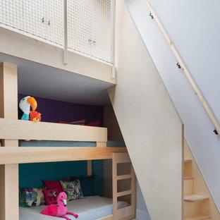 Exotisk inredning av ett könsneutralt barnrum kombinerat med sovrum och för 4-10-åringar, med heltäckningsmatta, vita väggar och grått golv