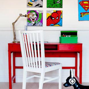 Diseño de habitación de niño de 4 a 10 años, pequeña, con escritorio, paredes beige y moqueta