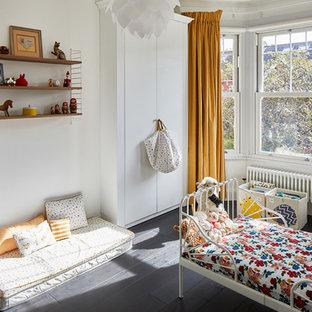 Inspiration för ett litet vintage könsneutralt barnrum kombinerat med lekrum och för 4-10-åringar, med flerfärgade väggar, mörkt trägolv och svart golv