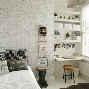 Esempio di una piccola cameretta per bambini nordica con pareti bianche e pavimento in legno verniciato