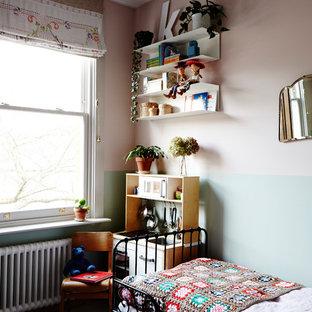 Ispirazione per una piccola cameretta per bambini da 4 a 10 anni american style con pareti multicolore, pavimento in legno verniciato e pavimento bianco
