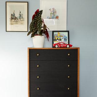 Ispirazione per una piccola cameretta per bambini da 4 a 10 anni american style con pareti blu, pavimento in legno verniciato e pavimento bianco