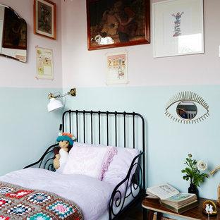 Immagine di una piccola cameretta per bambini da 4 a 10 anni stile americano con pareti multicolore, pavimento in legno verniciato e pavimento bianco