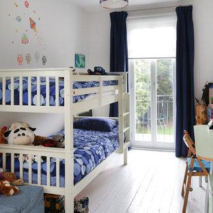 Diseño de dormitorio infantil de 4 a 10 años, clásico renovado, con paredes blancas, suelo de madera pintada y suelo blanco
