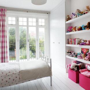 Ejemplo de dormitorio infantil de 4 a 10 años, tradicional renovado, con suelo de madera pintada, suelo blanco y paredes blancas