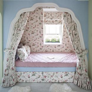 Стильный дизайн: большая детская в классическом стиле с спальным местом, разноцветными стенами и деревянным полом для девочки, ребенка от 4 до 10 лет - последний тренд
