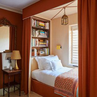 Ispirazione per una cameretta da letto classica con pareti rosse, moquette e pavimento beige
